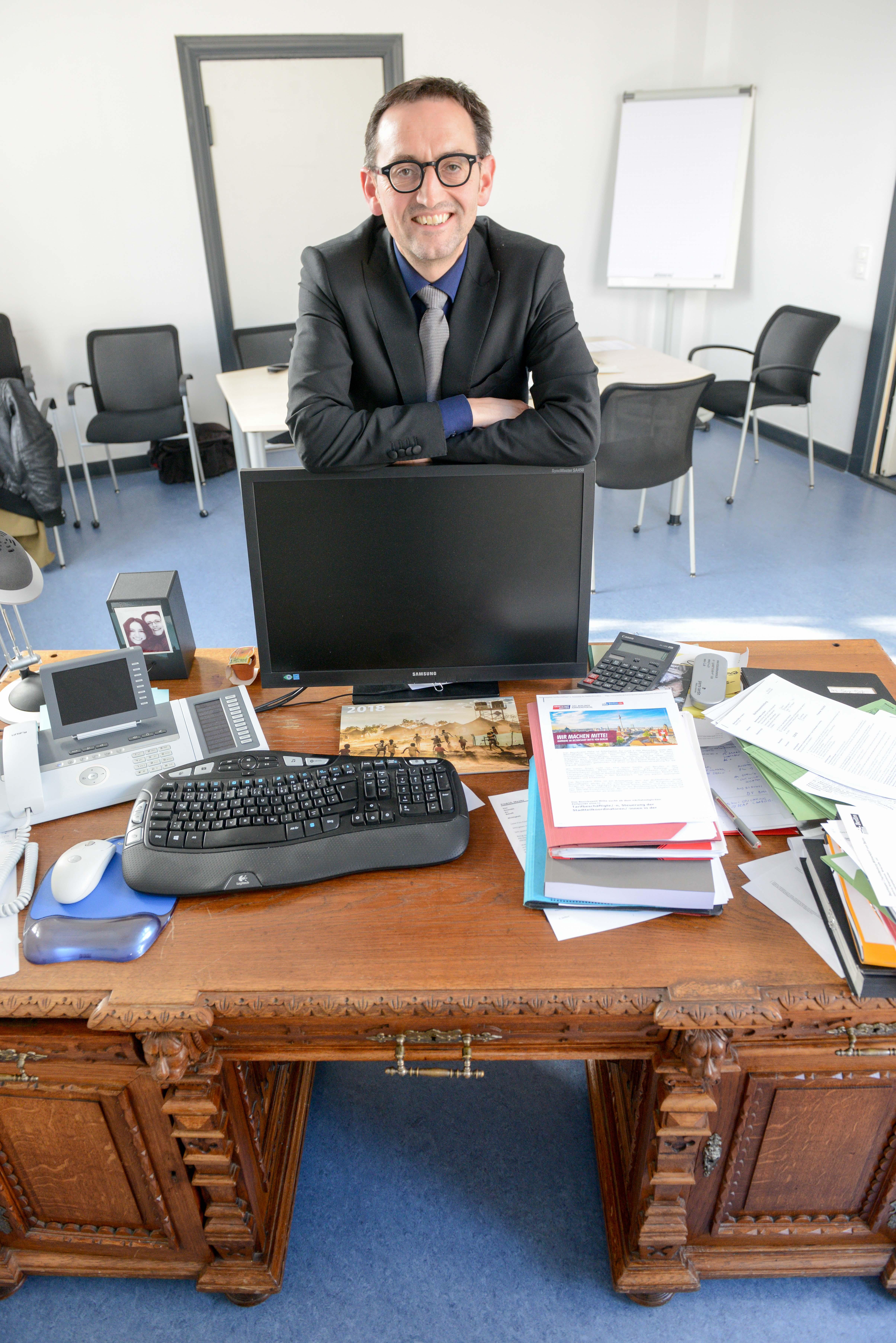 Buergermeister von Berlin Mitte Stephan von Dassel Schreibtisch
